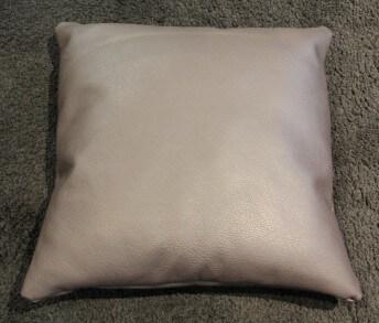 Coussin en cuir ou tissu carré 55 x 55 cm bombé