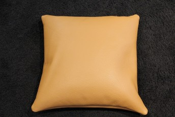 Coussin en cuir carré 45 x 45 cm bombé