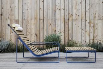 Chaise longue PRÉVA et sa table basse, extérieur de jardin en métal acier de couleur et en bois massif