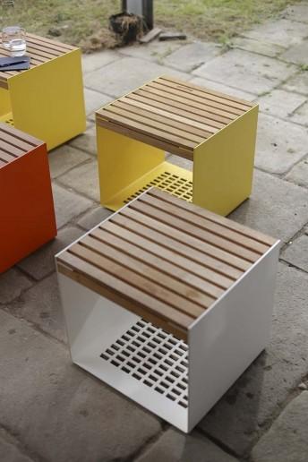 Petite table extérieur de terrasse RADIUM en métal aluminium de couleur et en bois massif
