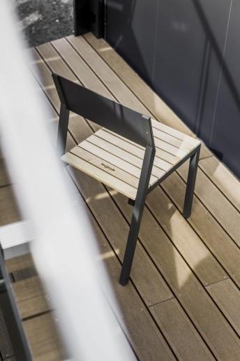 Chaise extérieure de terrasse CORA en métal aluminium de couleur, assise en bois massif, dossier en HPL