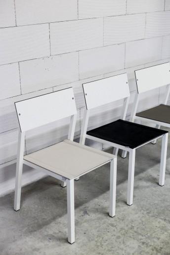 Chaise CORA, extérieur de jardin en métal aluminium de couleur, assise en tissu outdoor Batyline, dossier en HPL