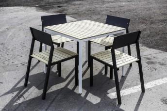 Ensemble repas CORA, table carrée et 4 chaises, métal aluminium de couleur et bois massif