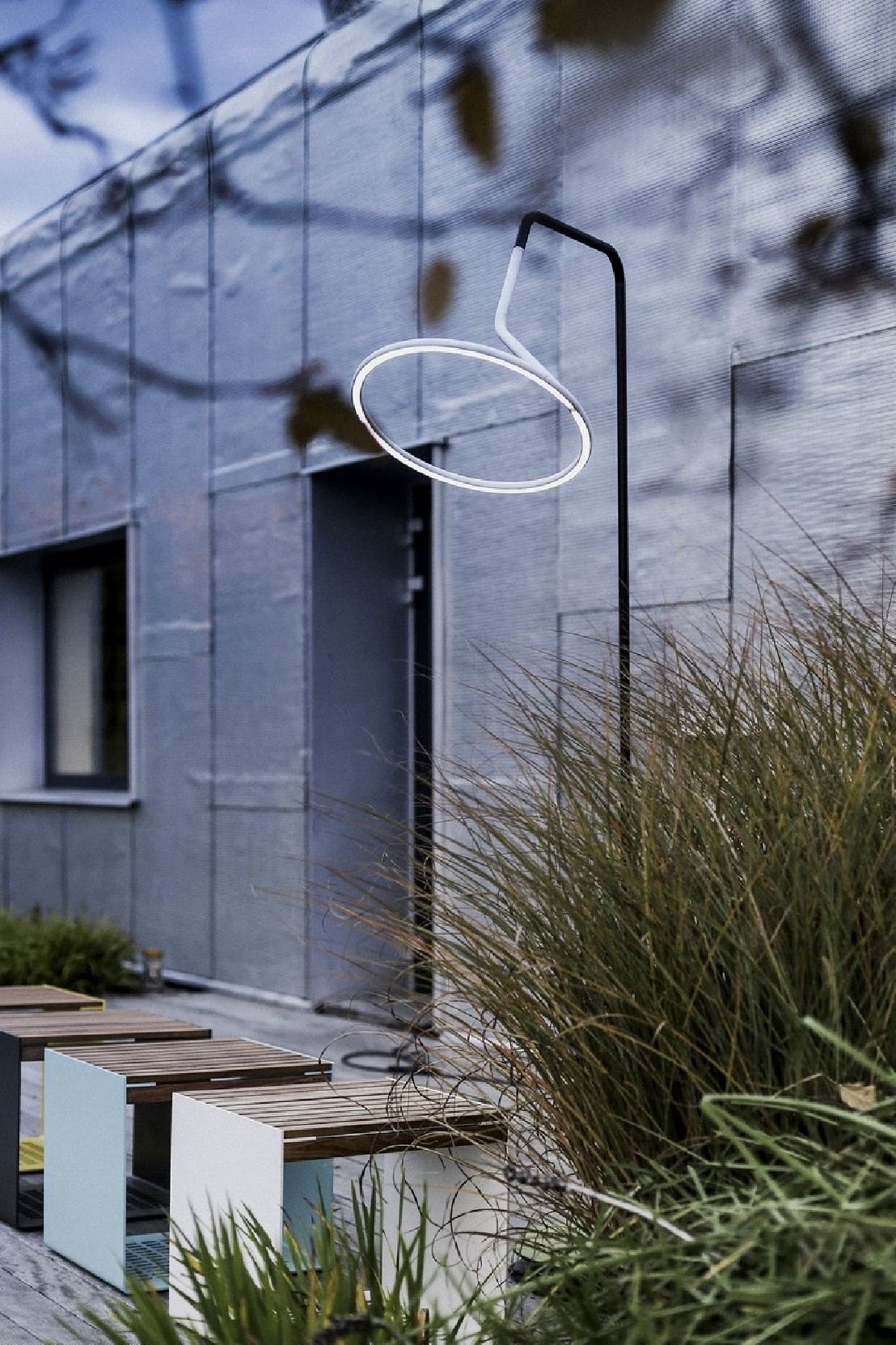 lampadaire design courb led laso pour clairage ext rieur. Black Bedroom Furniture Sets. Home Design Ideas