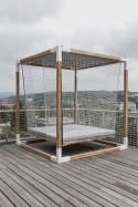 Lit à Baldaquin suspendu de jardin LÉVA en bois massif et acier d'extérieur