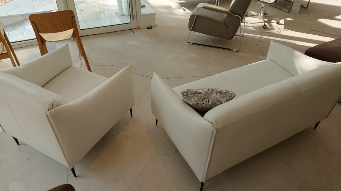petit canap et fauteuil cuir blanc pleine fleur pour petits espaces. Black Bedroom Furniture Sets. Home Design Ideas