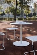 Salon de terrase et balcon, table ronde bistrot SPULKA et 2 tabourets TINA couleur au choix