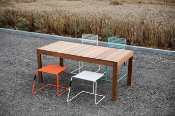 Salon de jardin table rectangulaire SENA en Ipé, 2 chaises et 2 tabourets TINA en acier de couleur