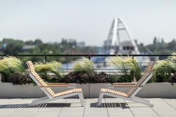 Paire de fauteuils transats ALVA, extérieur en aluminium de couleur et bois massif