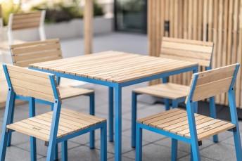 CORA, salon extérieur table et 4 chaises, aluminium de couleur et bois