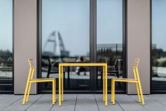 CORA, ensemble spécial balcon, terrasse, table carrée et 2 chaises de couleur et bois massif