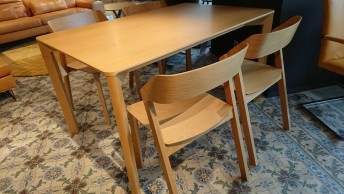 Ensemble TON, table LASA & 4 chaises MERANO en hêtre teinte honey