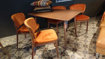 Ensemble TON, table IRONICA & 4 chaises VALENCIA velours orange brûlé