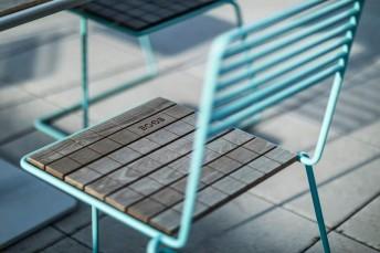 Chaise extérieure de terrasse TINA en métal acier de couleur et assise en bois massif