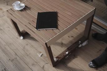 Tabouret, repose-pieds / table basse BARKA en bois massif, acier de couleur