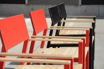 Chaise de jardin design avec accoudoirs CORA en aluminium de couleur, assise en bois massif, dossier en HPL