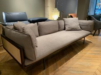 Canapé 3 places LOOM de POTOCCO en tissu Boss Tortora, pieds anthracite