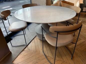 Ensemble POTOCCO, table ronde ANFORA en marbre & 4 chaises KEEL cuir pleine fleur Nina naturel