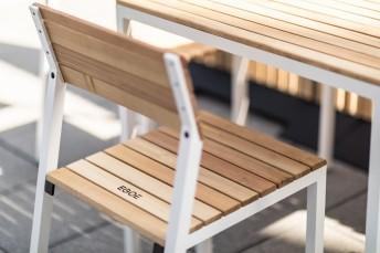 Chaise extérieure de terrasse CORA en métal aluminium de couleur, assise et dossier en d'Ipé ou d'Acacia