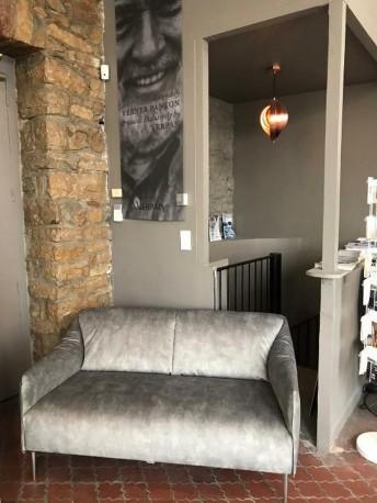 Petit canapé compact en tissu velours gris acier Velvet Vintage DIXIE.MISS