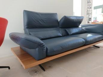 Canapé en cuir pleine fleur bleu royal sur banc de bois chêne AMBER.B