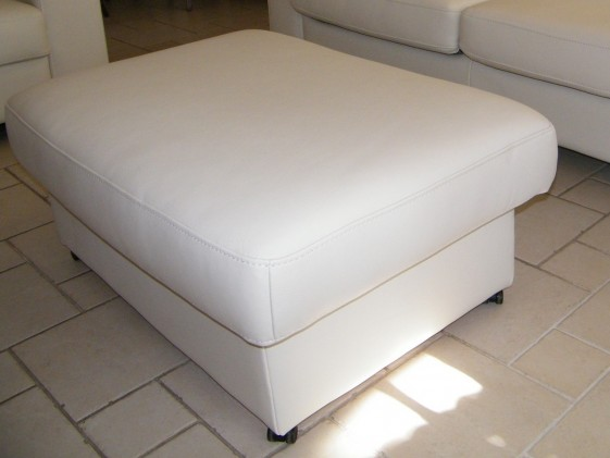 pouf neuilly avec coffre de rangement en cuir ou tissu sur roulettes. Black Bedroom Furniture Sets. Home Design Ideas